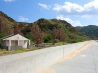 渡名喜島のユブク浜/呼子浜 - 護岸整備前のトイレがあるが行けない・・・