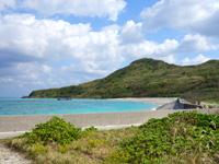 渡名喜島のシュガー浜 - 港から北へ進む道路の行き止まり