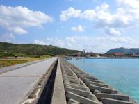 渡名喜島のてぃだ広場周辺の海 - 南側は渡名喜港
