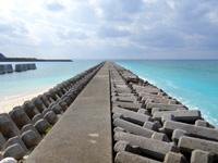 渡名喜島のてぃだ広場周辺の海 - 渡名喜港に突き出す防波堤が絵になる