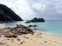 渡名喜島の神の宿る岩/イェーンシジ - 渡名喜島の岩は白っぽくて美しい