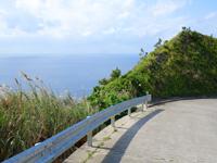 渡名喜島の大岳山道西 - 水平線が望める場所も