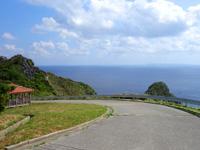 渡名喜島の大岳山道東 - 大岳の先に休憩所もあります