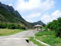 渡名喜島の大岳山道東 - 坂を下りきると景色が望めない休憩所あり