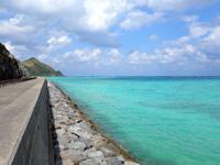 渡名喜島の東岸シーサイドロード - 下地島空港17エンドのような光景
