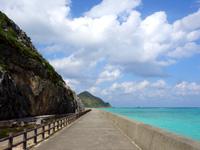 渡名喜島の東岸シーサイドロード - 海に沿ってまっすぐに延びる道