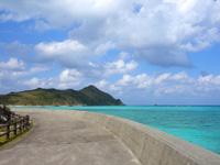 渡名喜島の東岸シーサイドロード - 東り浜近くになるといい感じのカーブ