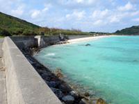 渡名喜島の東岸シーサイドロード - 東り浜近くになるとビーチが一望できる