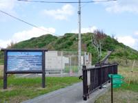 渡名喜島の里御嶽遊歩道/ハッコウ石/ナナマーイ石/ンチャプイ/シムガー - 麓には里御嶽の案内。でもここから遠い