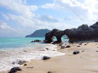 渡名喜島のめがね岩 - 穴は知っていましたがメガネ岩だったとは