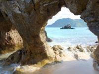 渡名喜島のめがね岩 - 大人がしゃがんでくぐれる大きさ