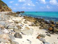 渡名喜島のめがね岩 - 途中は砂もあるけど岩がほとんどで歩きにくい