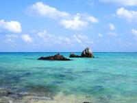 渡名喜島のめがね岩 - 沖の岩も結構芸術的