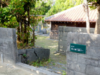 渡名喜島の道路よりいちばん深い家 - 他の家も深いこのエリア
