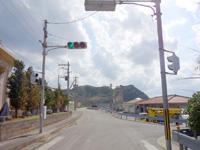渡名喜島の沖縄県道188号線/沖縄で最も短い県道/島唯一の信号 - 島唯一の信号からわずか25m