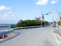 渡名喜島の沖縄県道188号線/沖縄で最も短い県道/島唯一の信号 - 信号は一応変わります(笑)