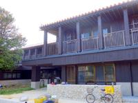 渡名喜島の多目的拠点施設 - フクギ側から入るみたい