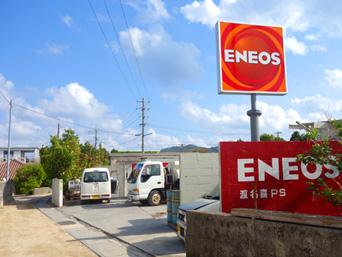 渡名喜島の島唯一のガソリンスタンド「群青資料館のちょっと先にあります」