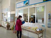 渡名喜島の渡名喜港フェリーターミナル/渡名喜村カーフェリー待合所 - 船の発着時間前後限定の売店