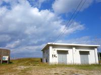 渡名喜島の風車跡/防災センター - 今は防災倉庫になっているらしい