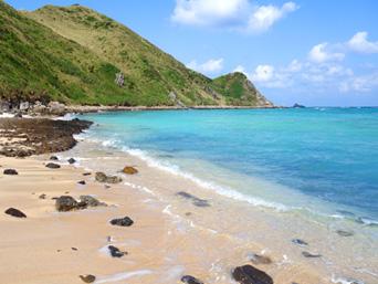 渡名喜島のシドの崎手前のビーチ/めがね岩先のビーチ