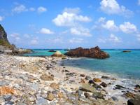 渡名喜島のシドの崎手前のビーチ/めがね岩先のビーチ - めがね岩までは岩が多いが先にはビーチあり