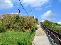 渡名喜島の東り浜展望台/上ノ手展望台 - 遊歩道から新しい展望台の屋根が見える