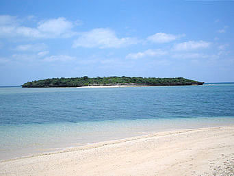 津堅島のアフ岩「名前は「岩」ですがほとんど島です」