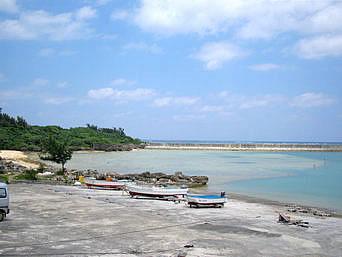 津堅島のアギ浜/津堅漁港「港の先にちょこっとビーチがあります」