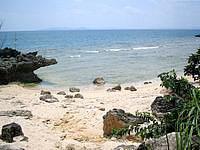 津堅島の浄水場先のビーチ - 波がちょっと立っているので流れが強いかも?