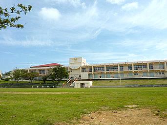 津堅島の津堅小中学校「沖縄の学校はすぐに建て替える」