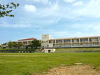 津堅島の津堅小中学校