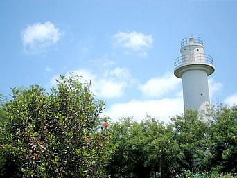 津堅島の津堅島灯台「ステージ広場から見た津堅島灯台です」