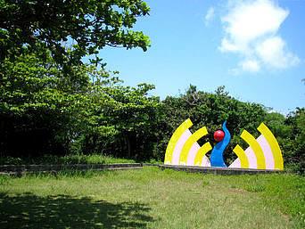 津堅島のステージ広場&水道記念碑「灯台横にある広場です」