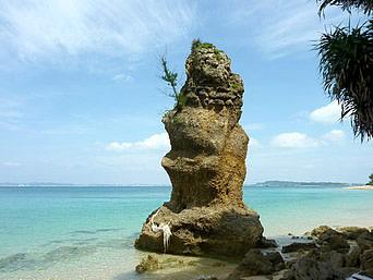 津堅島の立神岩的な岩「トマイ浜北にそびえる雄大な岩」