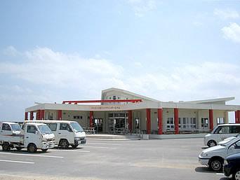 津堅島の津堅港ターミナル「津堅港ターミナルはとてもキレイです」