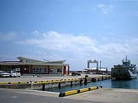 津堅島の津堅港ターミナル - 最近は高速艇用の浮き桟橋も整備されました