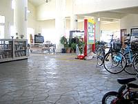 津堅島の津堅港ターミナル - ターミナルではレンタルサイクルもあり
