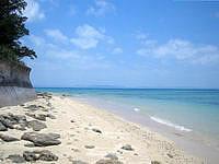 津堅島のタナカ浜 - 砂浜はかなり狭く満ちると消えちゃうかな?
