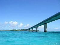 八重干瀬の八重干瀬へ行く途中の池間大橋 - 青い海と池間大橋が絵になります
