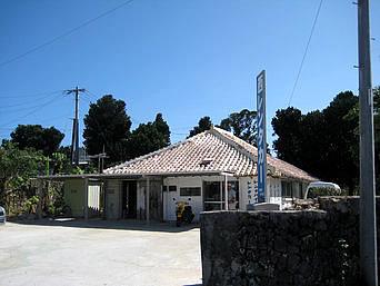 与那国島の西レンタカー「祖内集落にある赤瓦の営業所」