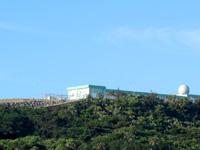 与那国島の元:蜃気楼の丘/現:自衛隊基地 - 集落を監視しているかのような施設