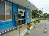 与那国島の比川地域共同売店 - 軒先にベンチがあるのでのんびりできます