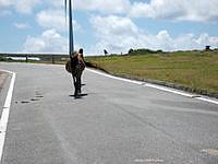 与那国島の東牧場 - この東牧場では普通に道路を歩いています