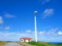 与那国島の東牧場 - 祖内側の風車は羽も撤去され停止中