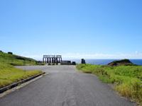 与那国島のサンニヌ台/軍艦岩展望台 - これだけ吹きさらしの場所だと展望台も壊れますね