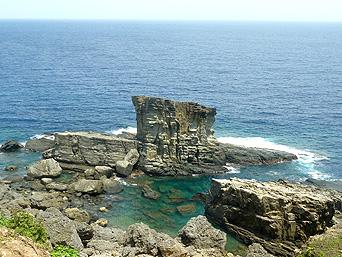 与那国島の軍艦岩「新しい展望台の下から見た軍艦岩」