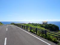 与那国島の立神岩展望台 - 新川鼻方面から下っていく先にある