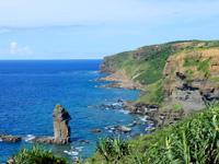 与那国島の立神岩/頓石/とんいし - 立神岩と展望台(右の丘の上)との位置関係