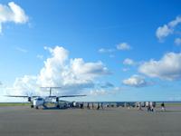 与那国島の与那国空港 - ターミナルと飛行機の間は歩きます